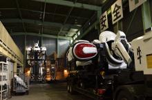 実写版パトレイバー、「ヴァーチャル二課棟ツアー」公開! 撮影に使用したレイバーデッキ付き二課棟セットをシバシゲオが案内